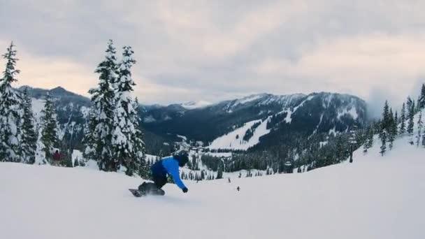 Snowboarder stürzt nach Carving-Schwüngen Hang hinunter