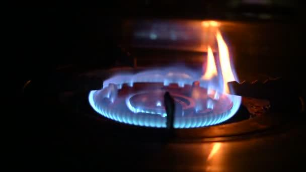 Brennerbrenner. Gas schaltet sich ein, blauer Flammengasherd Video 4k