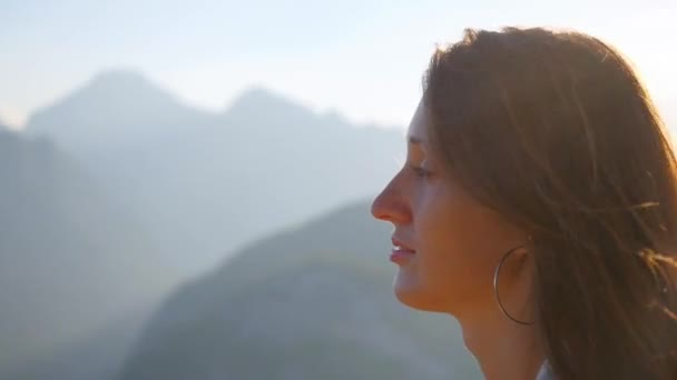 Portrait of beautiful woman standing againt sunlights