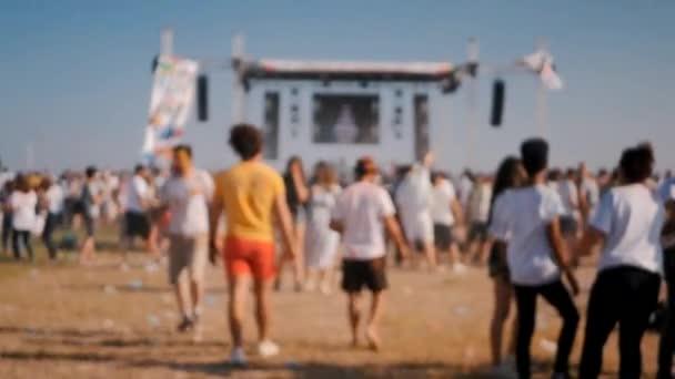Closeup mladé ženy s zábavou na holi festival