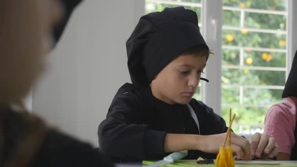 Netter Junge in der Küche während Kochkurse