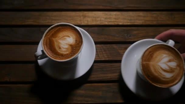 bílý šálek kávy dřevěné pozadí