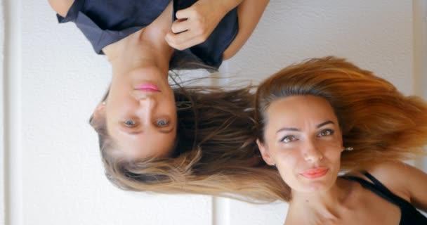 zwei junge Frauen mit fliegendem Haar