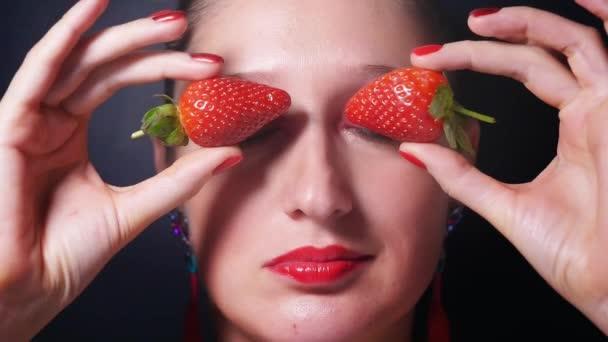 Portré fiatal nő vörös szemmel és az ajkak