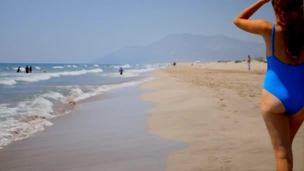 Vakáció utazás bikini nő séta a homokos strandon