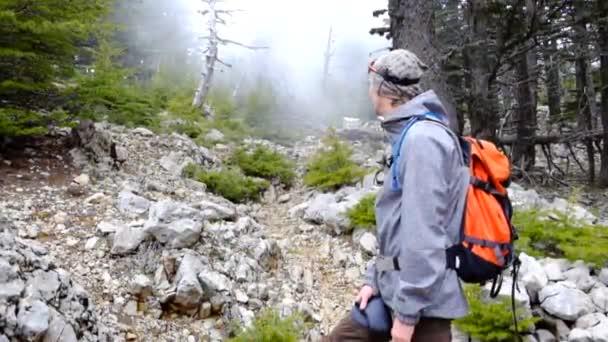 Wanderer im Freien mit Wanderrucksack.