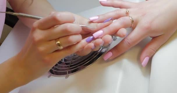 Mistr manikúry provede opravy růžového barevného gelu