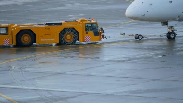 Repülőgép vontatórepülő mozog repülőgép
