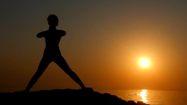 sportlich schöne junge Frau dehnt sich am Morgen