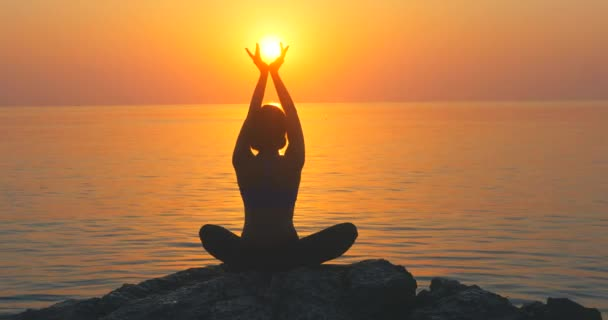 Meditál, közel a tenger