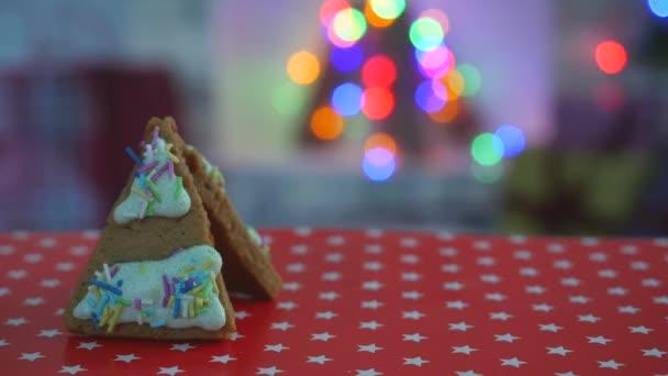 Kézre készült ehető mézeskalács ház, hó dekoráció, girland háttérvilágítás