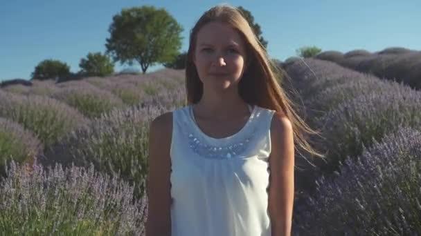 Portrét mladé ženy v levandulovém poli