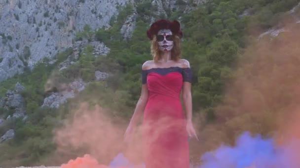 Santa Muerte Frau an Halloween-Abend