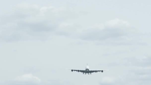 ein landendes Flugzeug / Flugzeug / Jet auf dem Frankfurter Flughafen mit vielen Wolken. von unten