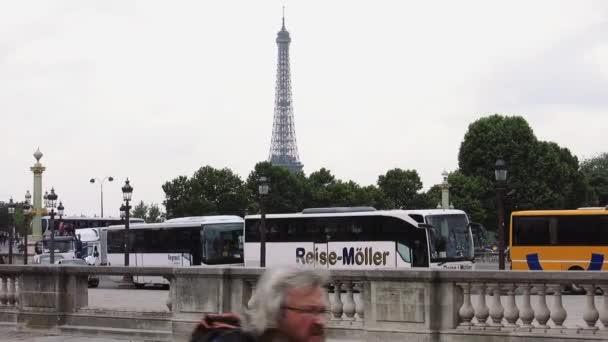 A buszok előtérben, párizsi Eiffel-torony