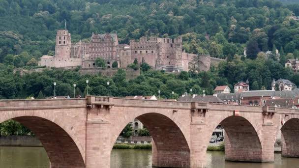 Karl-Theodor-most s hradem, nízký úhel, Heidelberg, letní 2018