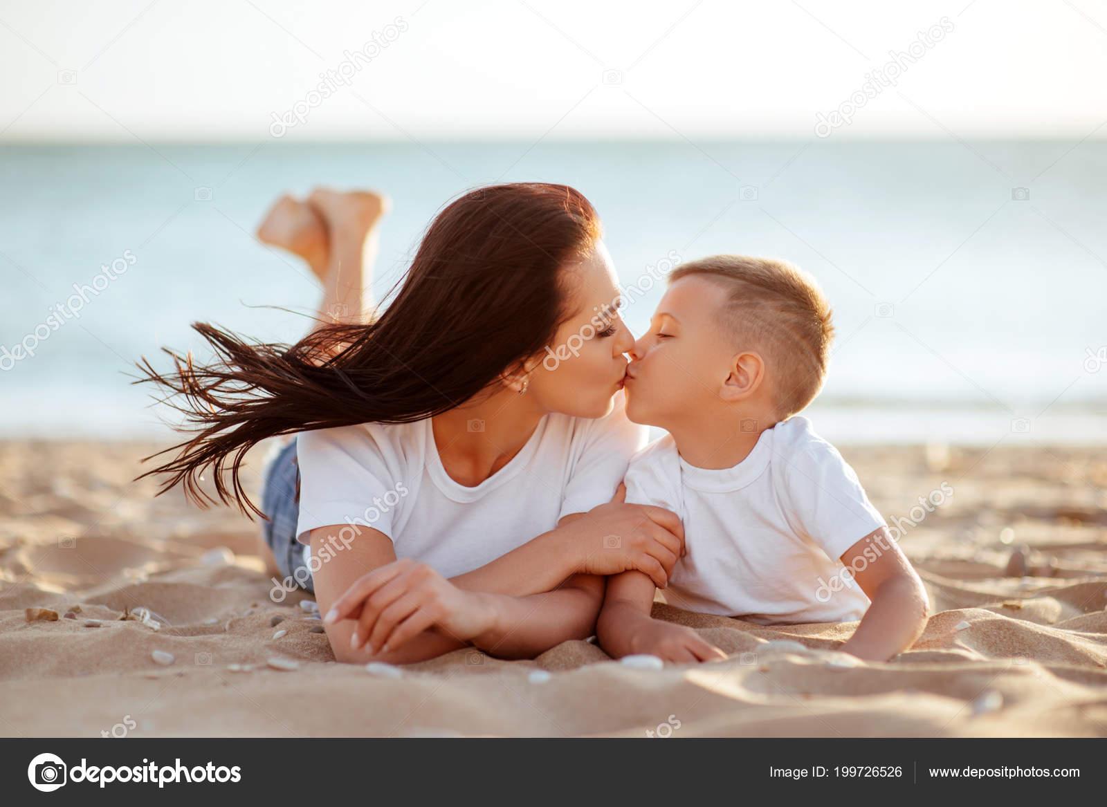 Секс мымы с сыном фото, Регулярный инцент матери и сына (28 фото) 20 фотография