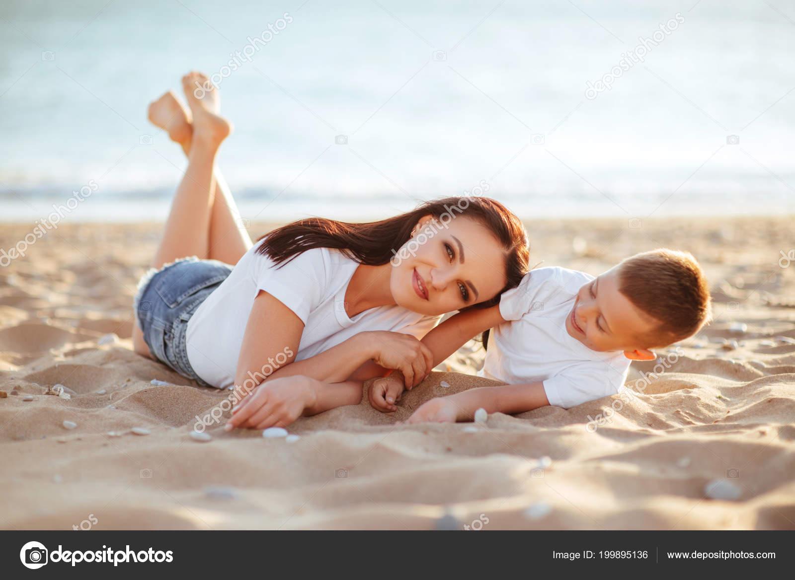 Рассказ секс мамы с сыном на отдыхе, Инцест - Эротический рассказ 15 фотография
