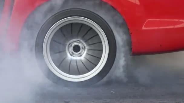 Táhnout závodní auto hořet pneumatika na startovní čáru