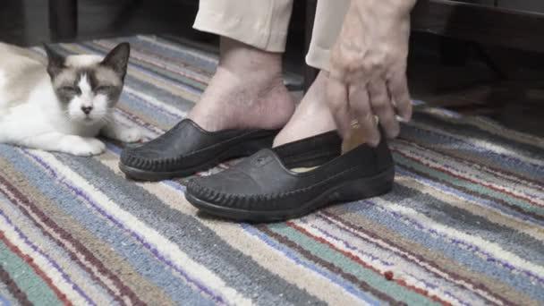 Starší žena oteklé nohy obuly boty
