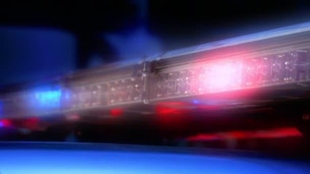 Blikající kontrolky nouzové sirény na policejní auto