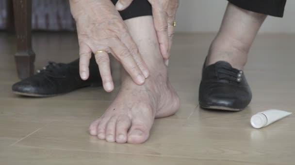 Crema messa donna anziana in piedi gonfi prima di mettere scarpe