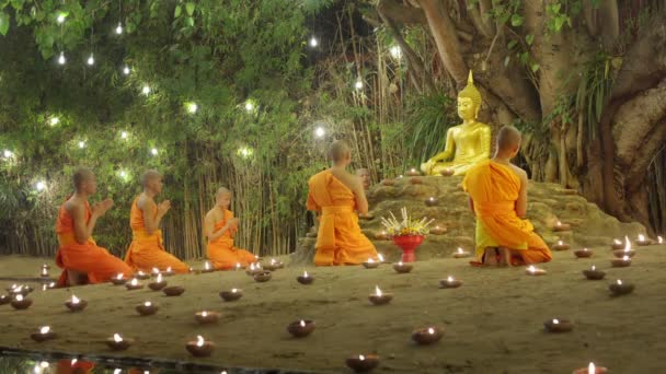 Chiang Mai Thaiföld - február 19-én: Makha Bucha nap az a fontos események buddhista nap. A buddhista szerzetes tűz gyertyák a Buddha. Február 19,2019 a Phan Tao Temple, Chiangmai, Thaiföld.