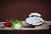 Photo White and red Rose and Coffeebeans on a wooden bord