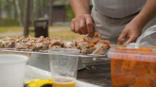 Closeup ruce plně kryty v přípravě grilování šašlik kebab maso marináda