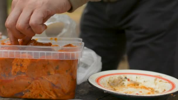 Detailní záběr rukou řezání shaslik Bbq kebab maso nožem, příprava jídla
