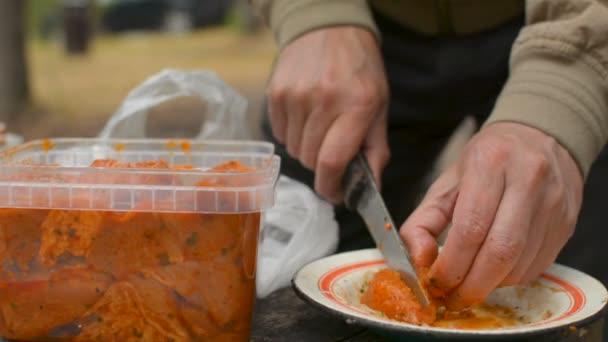 Řezání shaslik Bbq kebab maso na misku s detailním nůž