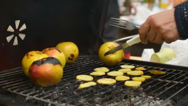 Příprava bramborové lupínky a vaření apple closeup během rodinné grilování gril venku