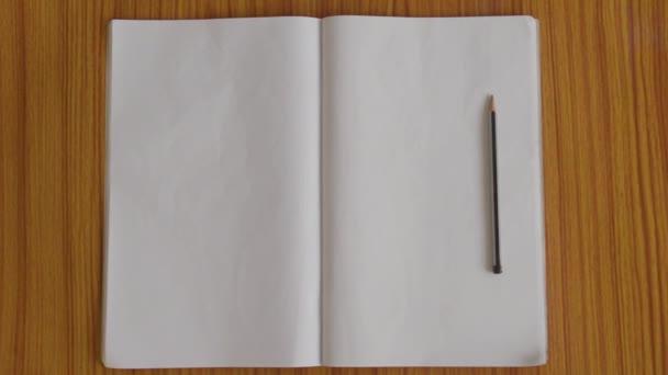Poznámkové bloky a tužky izolované na dřevěný stůl dubovou podlahu. Jste připraveni zapsat poznámky, zprávy, zprávy nebo dopis pro studenta, kancelář, spisovatel. Horní vysoké angel pohled Ořezová cesta. Plochý Lay. Kopírovat prostor