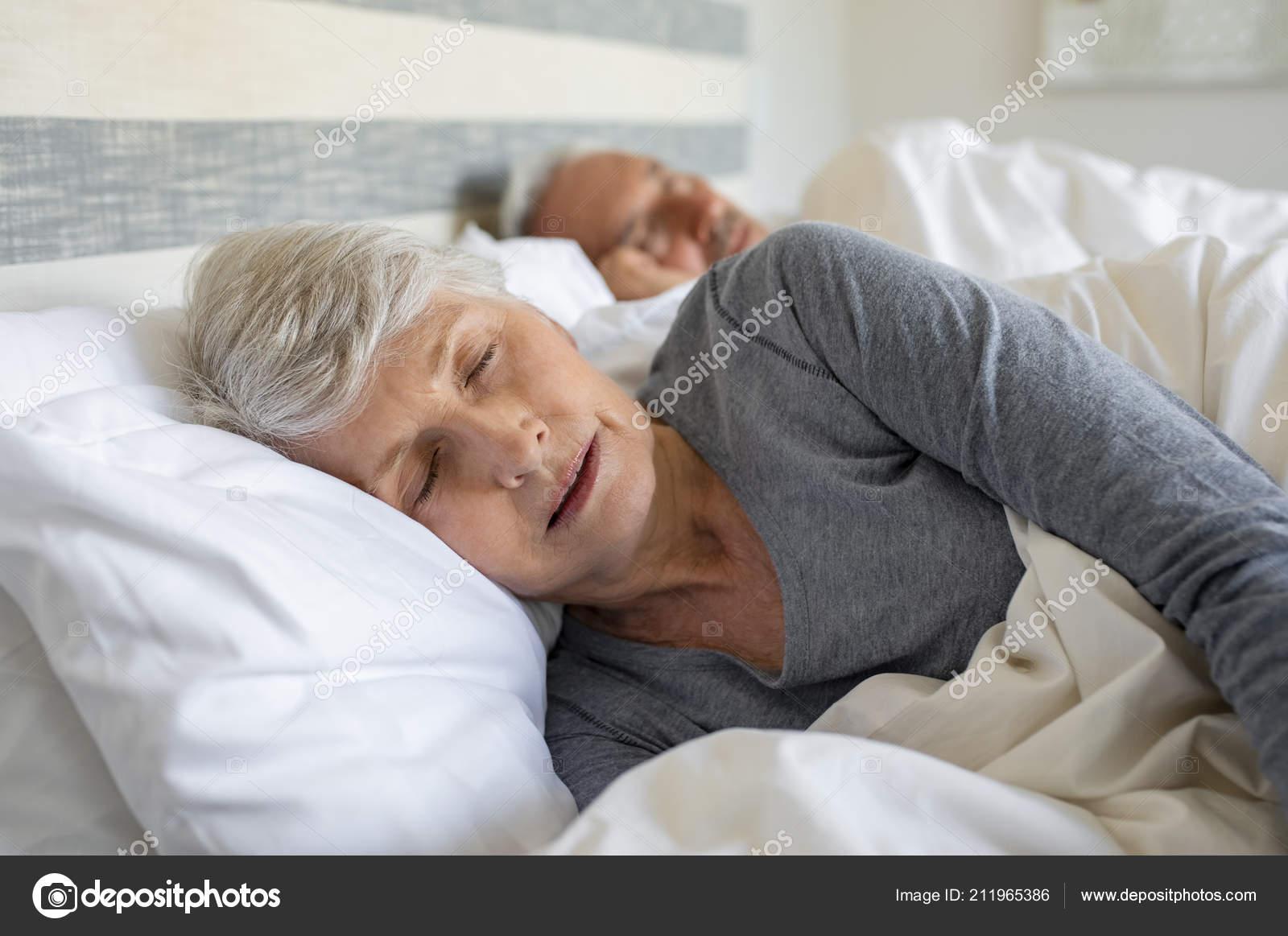 Волосатые зрелые, пожилая женщина в кровати