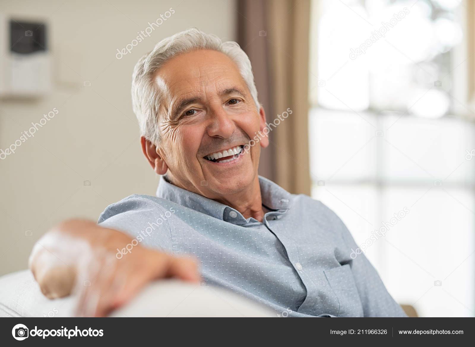 Retrato Homem Sênior Feliz Sorrindo Casa Velho Relaxar Sofá Olhando —  Fotografia de Stock 7ba6fe9bf23
