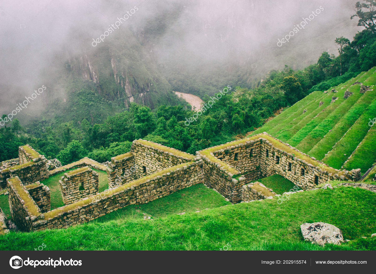 Jardín Terrazas Y Ruinas Con Río Foto De Stock
