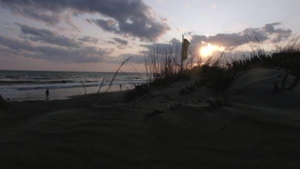 Bellissimo paesaggio sereno vista dalle dune di sabbia di un tramonto destate in spiaggia con onde calme colpire la riva