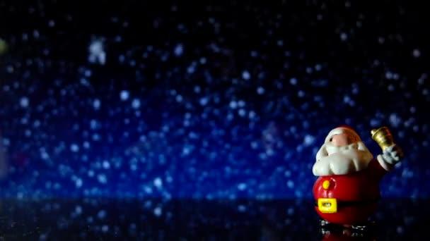 Santa Claus hračka s sněží pozadí v noci. 4k oříznutí záběru připravena na smyčku s transparentní koule vánoční stromeček nebo cetka s uvítací text Veselé Vánoce a šťastný nový rok.