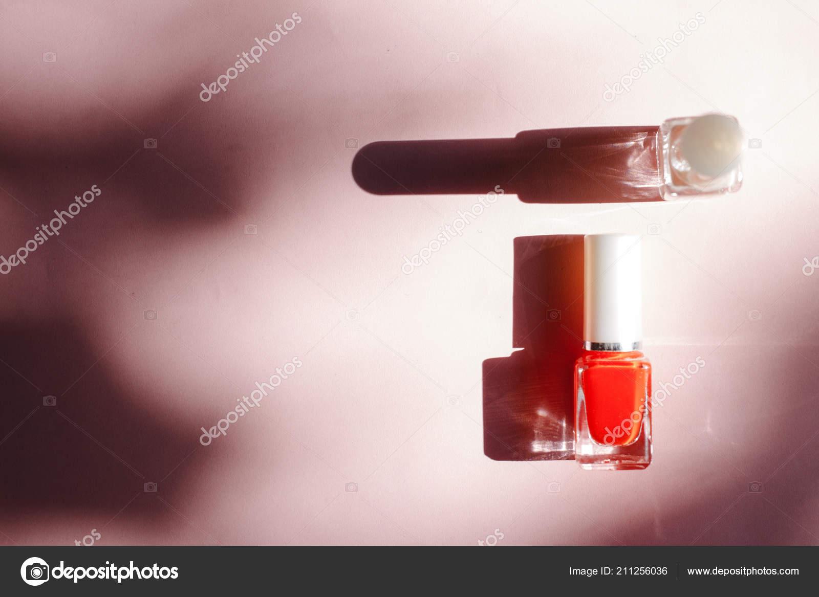 Esmaltes Uñas Multicolores Sobre Fondo Rosa Pastel Vista