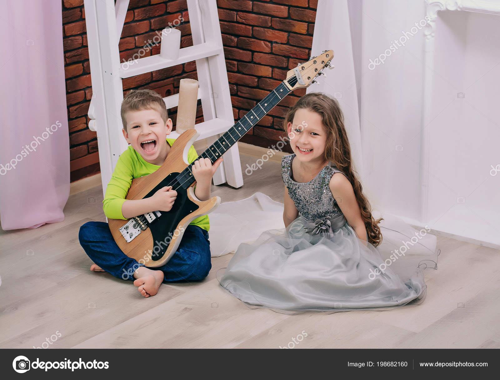 d5a033a470b Αγόρι Παίζει Κιθάρα Για Κορίτσι Παιδιά Παίζουν Φωτεινό Δωμάτιο ...