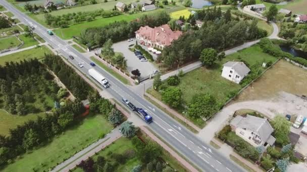 Több mint egy hangulatos kis falu jelenet road és a hotel légi.
