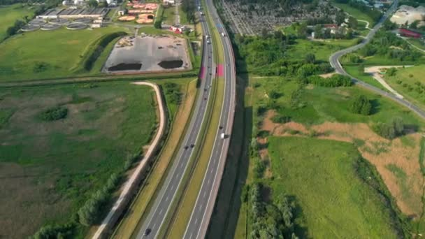 Letecký snímek vertikální. Auta, jízdy na silnici. Provoz na dálnici. 4 k záběry z DRONY.