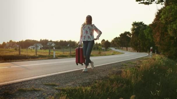 Fröhliche Frau mit Koffer läuft auf Straße.