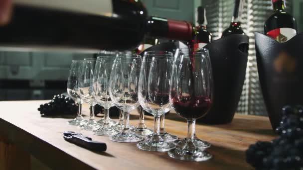 Bor özönlenek a termények kóstolásra wineglasses