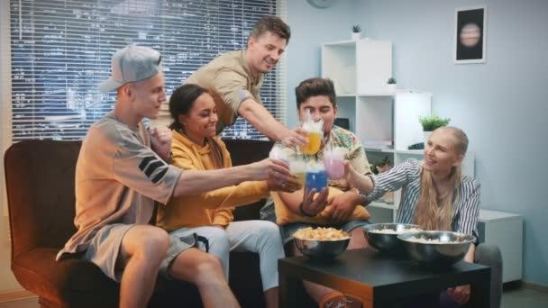 Mittlere Nahaufnahme glücklicher Freunde, die bei Trockeneis-Cocktails miteinander jubeln