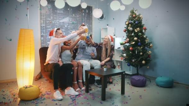 Karácsonyi party ideje boldog fiatalok konfetti fúj