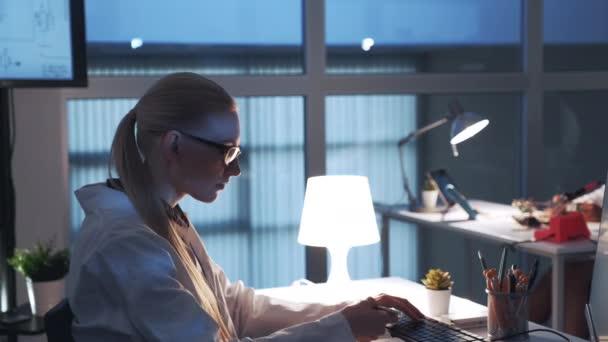 Boční pohled na odborníka na elektroniku pracující na počítači v moderní laboratoři