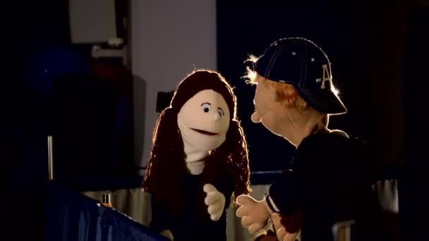 Loutková dívka mluví s loutkovým chlapcem během představení