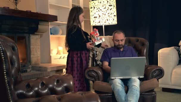 Elfoglalt apa, amely a lányát smartphone, ahelyett, hogy együtt játszanak