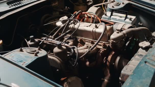 A rozsdás gépkocsi motorházának kilátása